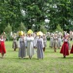 Танец  в исполнении учителей и девочек школы, который символизировал не только счастливое возвращение солдат с войны, но и силу православной веры, позволившей одержать эту победу