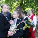 Девятиклассники вручают знаки отличия пятиклассникам