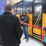 Перерезание красной ленты, открывая новый автобус